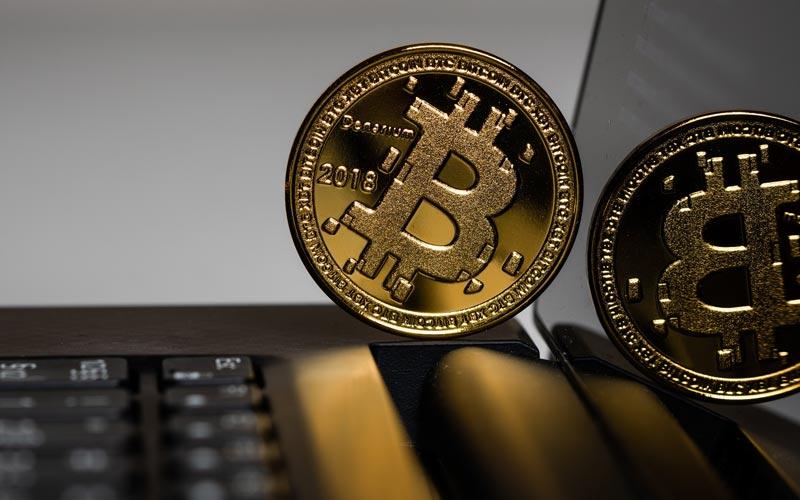 Bitcoin Müenze in Gold