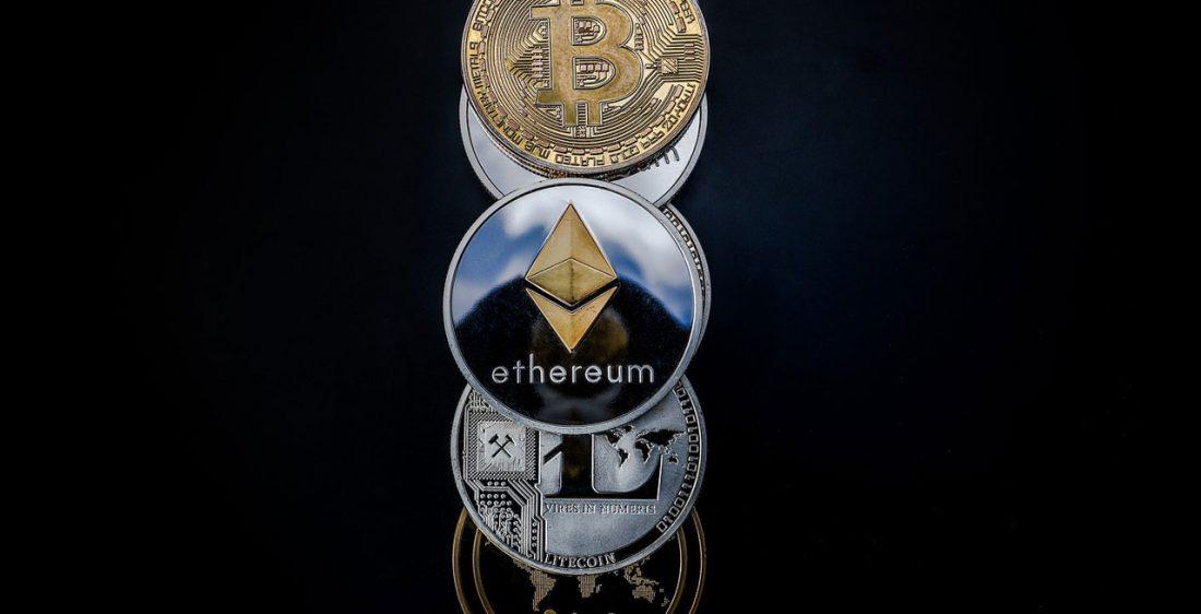 Bitcoin-Ethereum-Litecoin-Ripple-Muenzen