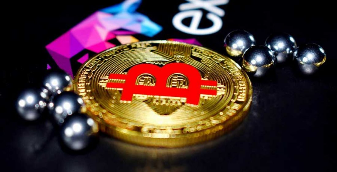 Bitcoin-Muenze-in-gold-mit-rotem-Bitcoin-Symbol