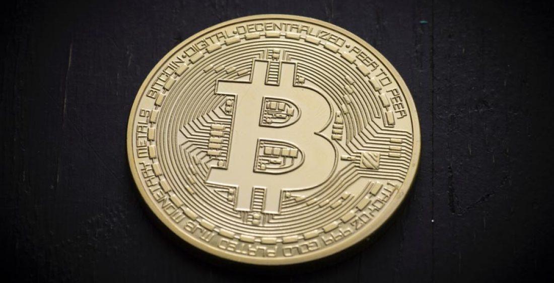 bitcoin-muenze-auf-schieferplatte